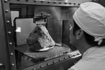 La roccia lunare portata a Terra dalla missione Apollo 14, nella quale è incastonata la più antica roccia della Terra finora nota (fonte: NASA)