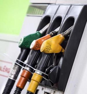 Sale il prezzo della benzina, su autostrade punte di due euro al litro