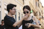 Turisti con gelato in piazza di Spagna