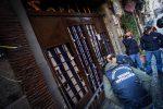 Bomba esplode davanti all'ingresso della pizzeria Sorbillo a Napoli: tutte le foto