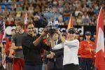 Roger Federer e Belinda Bencic sollevano il trofeo della Hopman Cup