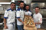 Gianluca D'Acunto (a sinistra) e la sua squadra di pizzaioli