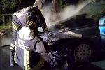 Lamezia, auto va a fuoco sul lungomare di Marinella: salvo il conducente