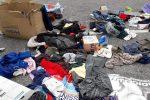 Rifiuti abbandonati per strada dopo il mercato delle pulci in viale Giostra a Messina, le foto