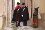 """Tropea, i carabinieri a """"colloquio"""" con la befana: le foto diventano virali"""