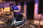 Messina, auto in fiamme a Camaro: danneggiata anche la facciata di una casa
