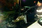 Auto in fiamme a Lamezia Terme, danneggiate anche due vetture accanto