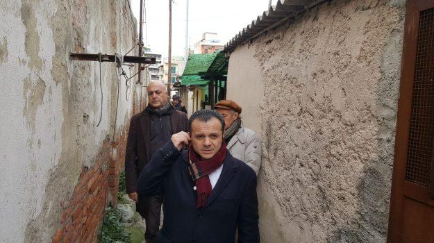 baraccopoli messina, de luca alla rai, Cateno De Luca, Messina, Sicilia, Politica