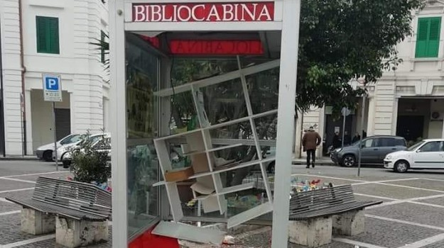 piazza lo sardo, vandali bibliocabina, Messina, Sicilia, Cronaca