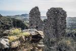L'antico maniero in collina perduto tra la vegetazione a Brancaleone