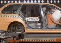 Cosa succede in caso di incidente se l'attrezzatura da sci viene caricata nella parte posteriore dell'auto