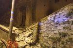 Badolato, paura per il crollo della parete di un palazzo nel centro storico