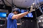 L'astronauta si addestra a Houston con la realtà virtuale (fonte: Nasa)