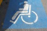 Usava la copia del tesserino disabili della madre defunta: denunciato a Reggio