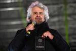 Beppe Grillo a Catanzaro: qui poche domande per il reddito di cittadinanza, siete della 'ndrangheta?