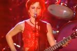 """Un anno fa moriva Dolores O'Riordan: il video dell'esibizione con """"Zombie"""" a Parigi"""