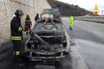 L'auto in fiamme sulla A2