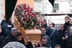 I funerali dell'imprenditore di Taormina, in centinaia per l'ultimo saluto ad Alfio