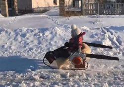 Un papà di Belgorod, in Russia, si è ingegnato nel creare una mini motoslitta per la figlia