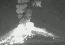 L'esplosione ha generato una colonna di fumo e cenere alta tre chilometri