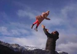 La showgirl con Tomaso, Aurora e le bimbe sono arrivati in montagna con l'elicottero