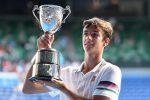 Lorenzo Musetti con il trofeo degli Australian Open junior