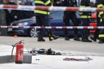 Praga, uomo si dà fuoco in piazza San Venceslao: è in gravi condizioni