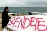 """""""Scendeteli"""", la polemica sulla lingua diventa battaglia politica"""