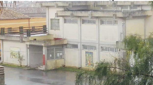 scuola elementare di girifalco, vandali, vernice spray nei bagni, Catanzaro, Calabria, Cronaca