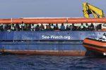 Sea Watch, blitz dei politici a bordo: Forza Italia sfida la Lega