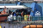 La Sea Watch approda a Catania: le immagini dello sbarco