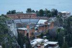 Il teatro antico di Taormina innevato