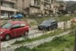 Messina, incidente blocca la strada a San Michele: le auto attraversano il torrente - Video