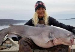 Due pescatori americani hanno tirato fuori dal Kentucky Lake un pesce gatto di 40 chilogrammi, poi l'ho hanno rimesso in libertà