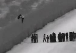 Un centinaio di migranti si arrampicano sulla parete al confine con gli Stati Uniti