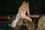 Wanda Nara scatenata sul toro meccanico