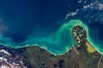 Le correnti oceaniche intorno alla penisola Banks, in Nuova Zelanda, dove i colori delle acque cambiano colore sette volte al giorno (fonte: ESA/A.Gerst)