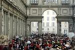 Turisti in coda agli Uffizi