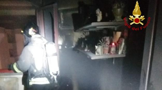 incendio casa crotone, intervento vigili crotone, vigili del fuoco crotone, Catanzaro, Calabria, Cronaca