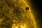 Venere in transito davanti al Sole. (fonte: NASA/SDO/AIA)