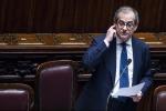 """L'Italia rallenta e dall'Ue arriva la sferzata: """"Sul Pil pesano incertezze e manovra"""""""