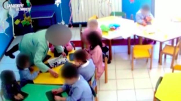 maestra picchia bambini, maltrattamenti bambini, Sicilia, Cronaca