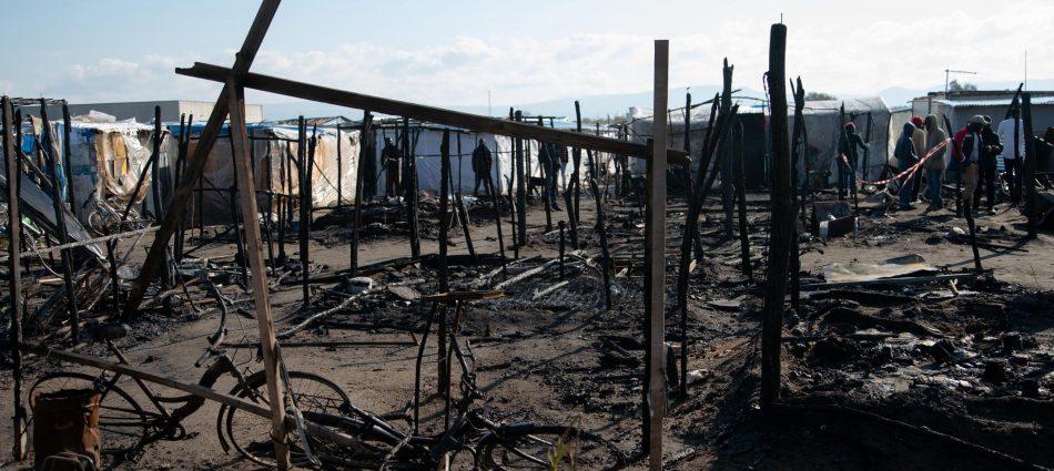 Baraccopoli di San Ferdinando in fiamme, morto un migrante: terza vittima in un anno