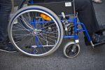 Con una gamba ingessata ruba una sedia a rotelle, arrestato un trentenne a Cagliari