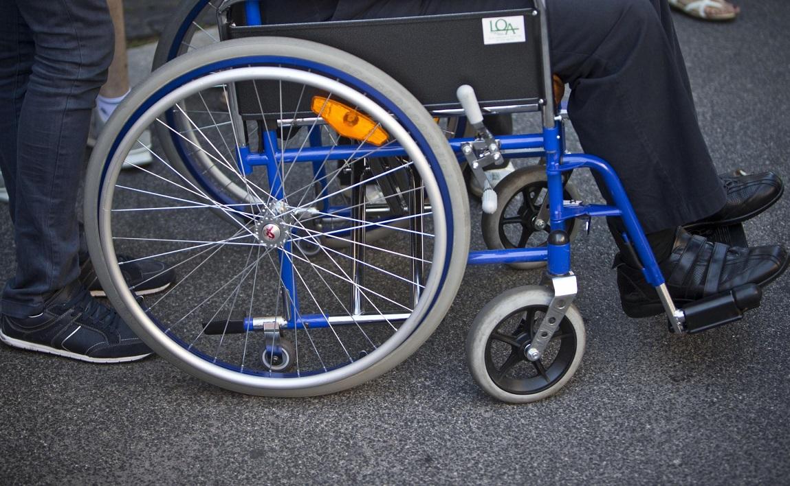 Con una gamba ingessata ruba una sedia a rotelle ...