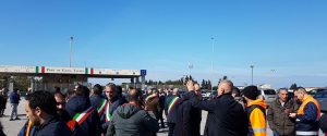 Sindaci e lavoratori in protesta al porto di Gioia Tauro
