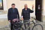 Paola, il ciclista giramondo Janus River fa visita al comune