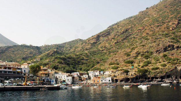 isola salina, isole eolie, porto turistico leni, Messina, Sicilia, Economia