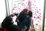 San Valentino, il mondo celebra la festa dell'amore: le foto dall'India a Parigi