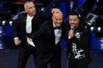 Eros Ramazzotti e Luis Fonsi ospiti dell'ultima serata scherzano sul palco con Claudio Bisio